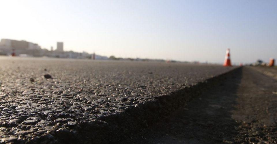 Obras de pavimentação com asfalto poroso, mais aderente, na pista principal do Aeroporto Santos Dumont.