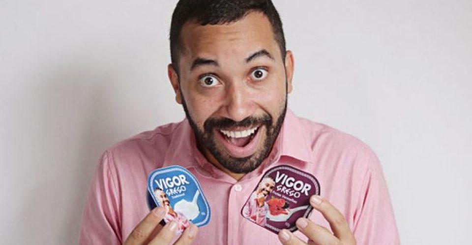 gilberto-nogueira-segurando-iogurtes-vigor-com-embalagens-personalizadas-com-foto-dele_403320_36