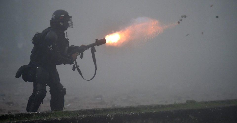 policial-dispara-bombas-de-gas-lacrimogenio-para-conter-manifestantes-em-protesto-na-colombia-1620090623293_v2_1920x1277